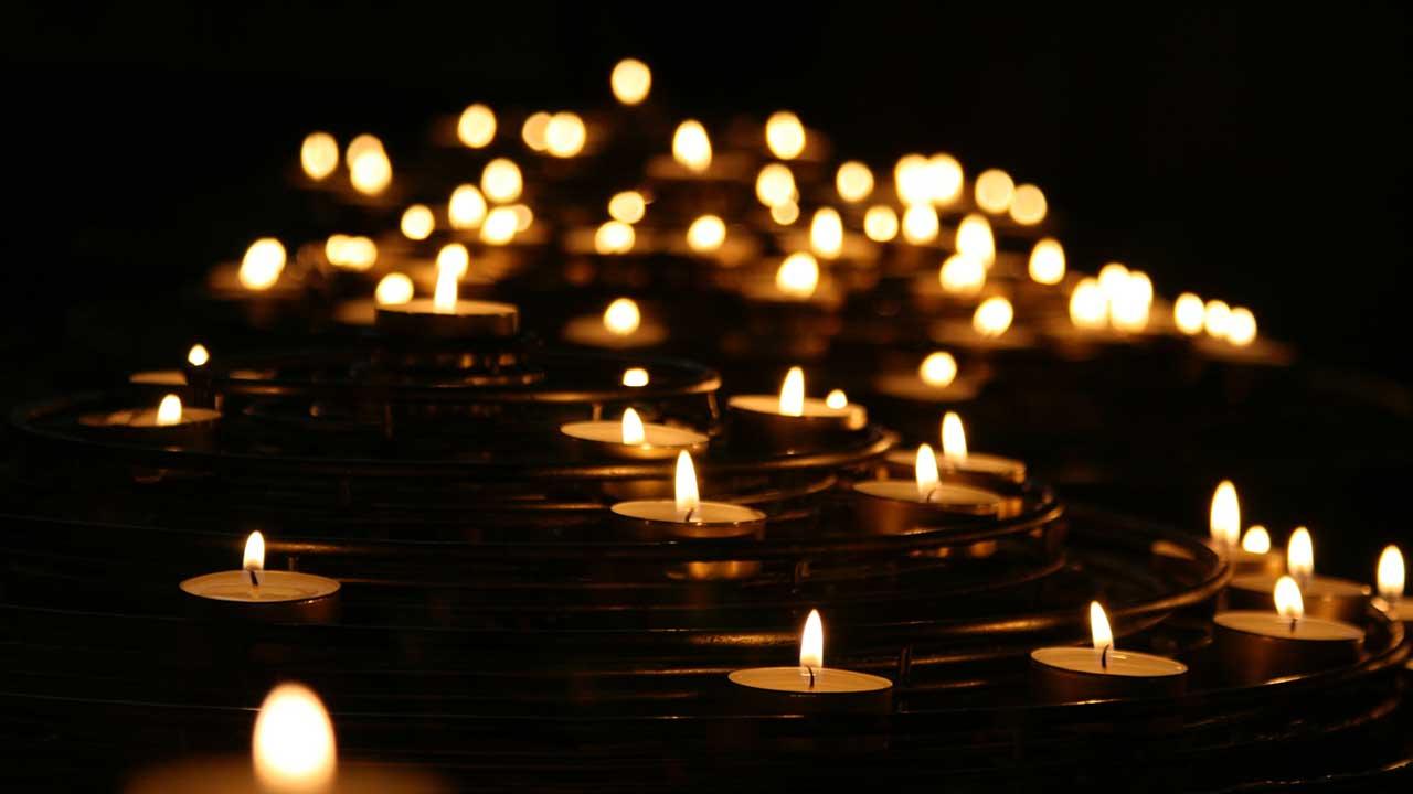 Kerzen in einer Kirche in Rom