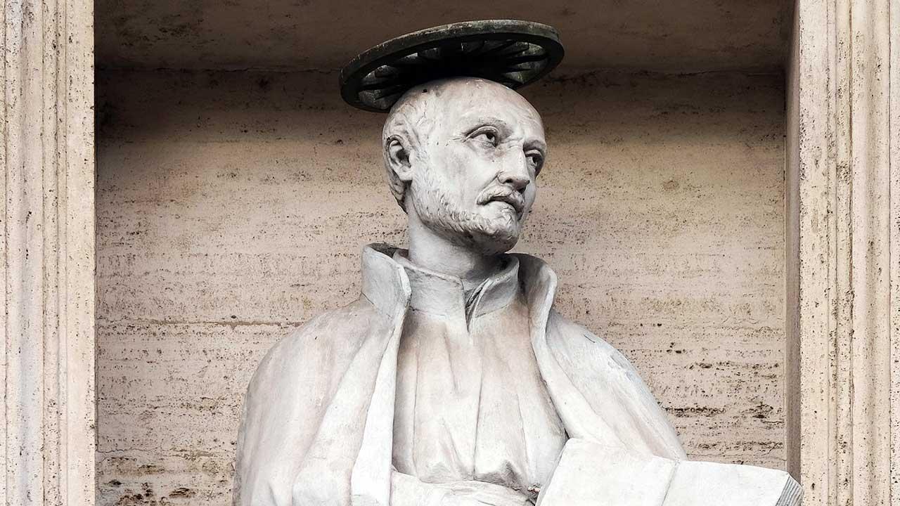 Statue von Ignatius von Loyola an einem Kirchengebäude in Rom