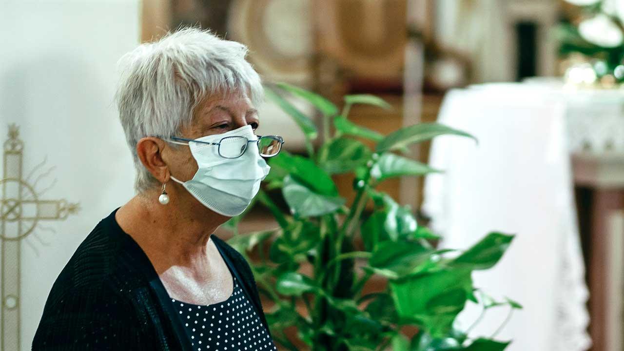 Maskierte Frau in einem Gottesdienst in Sapri, Italien