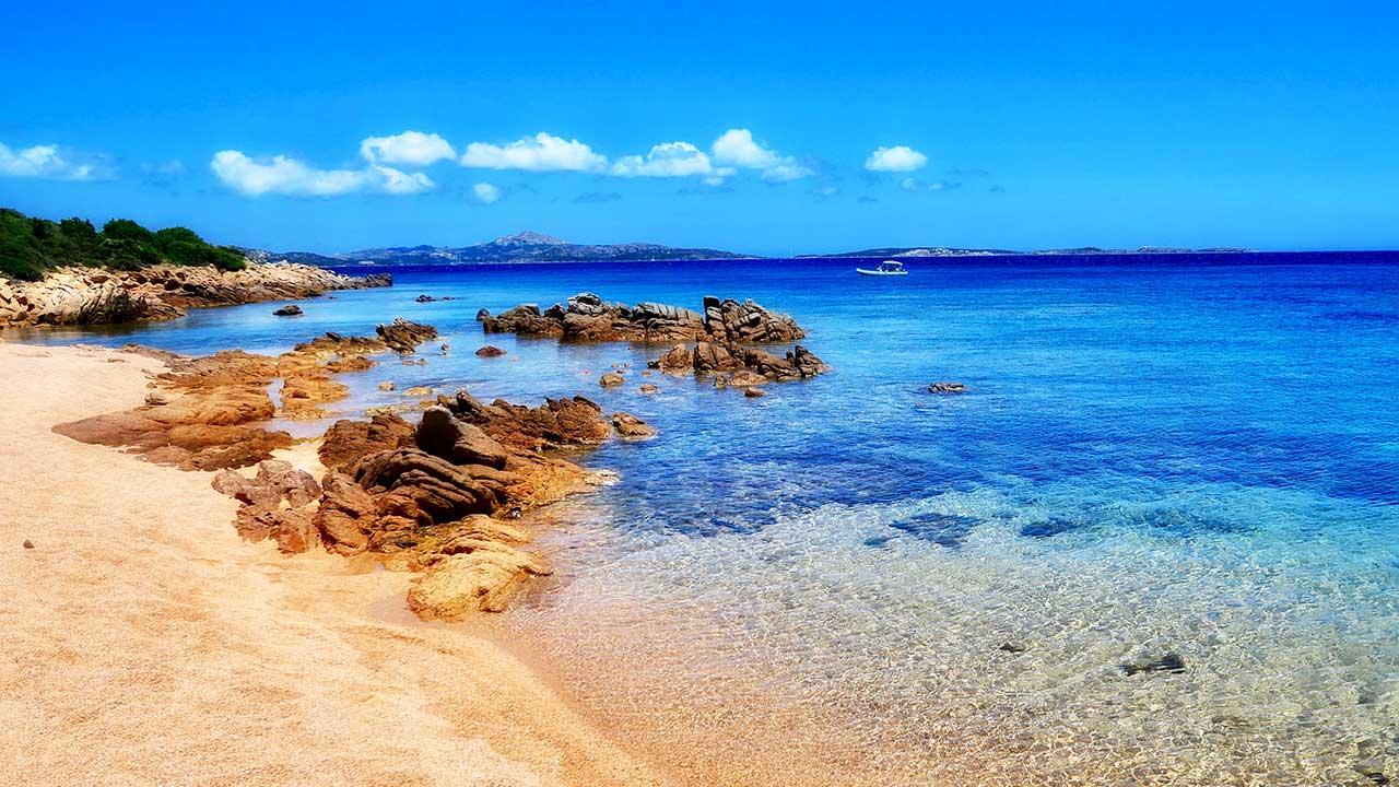 Strand von Li Piscini auf Sardinien
