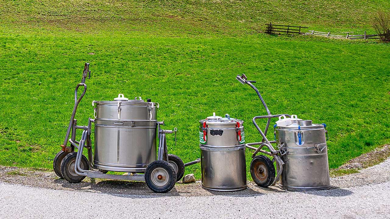 Milchkannen auf einer Alp im Südtirol