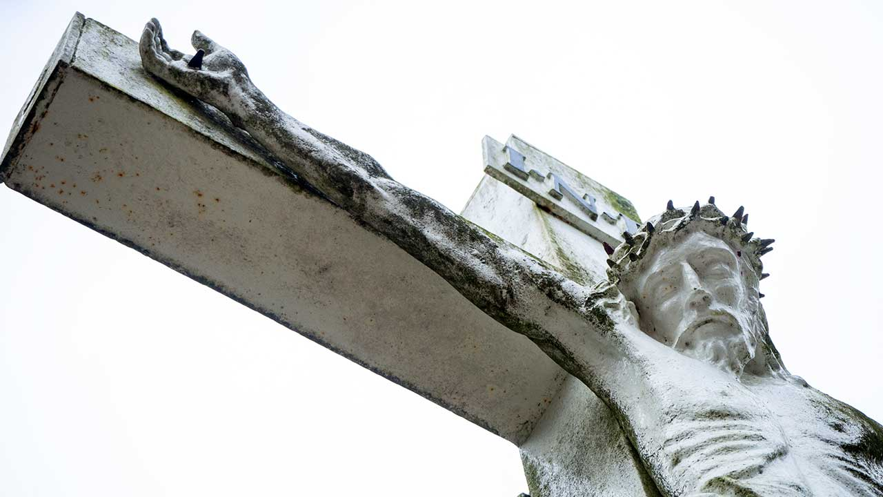 Steinernes Kreuz mit Jesus