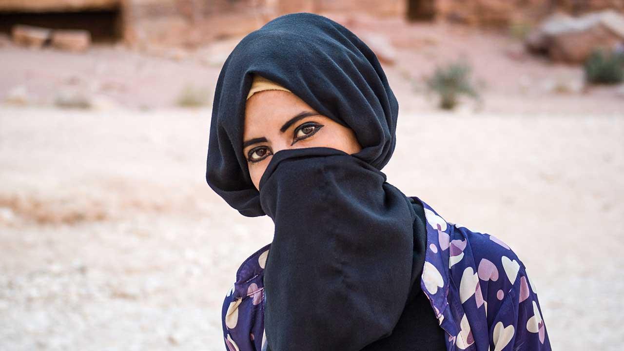 Verschleiertes Beduinenmädchen in Petra, Jordanien