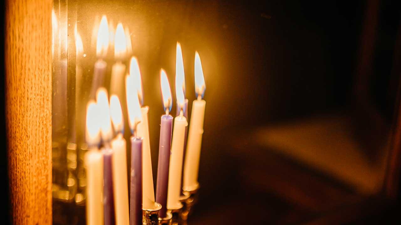 angezündete Kerzen eines jüdischen Chanukka-Leuchters