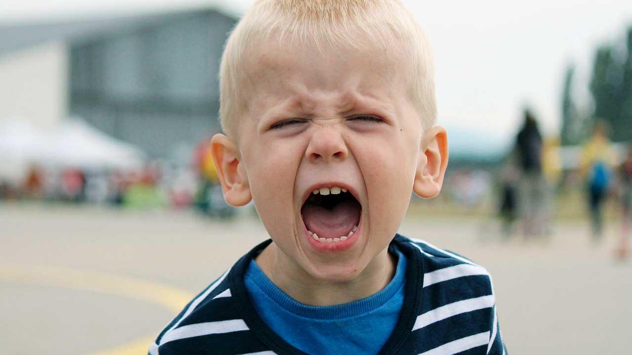Junge schreit vor Wut