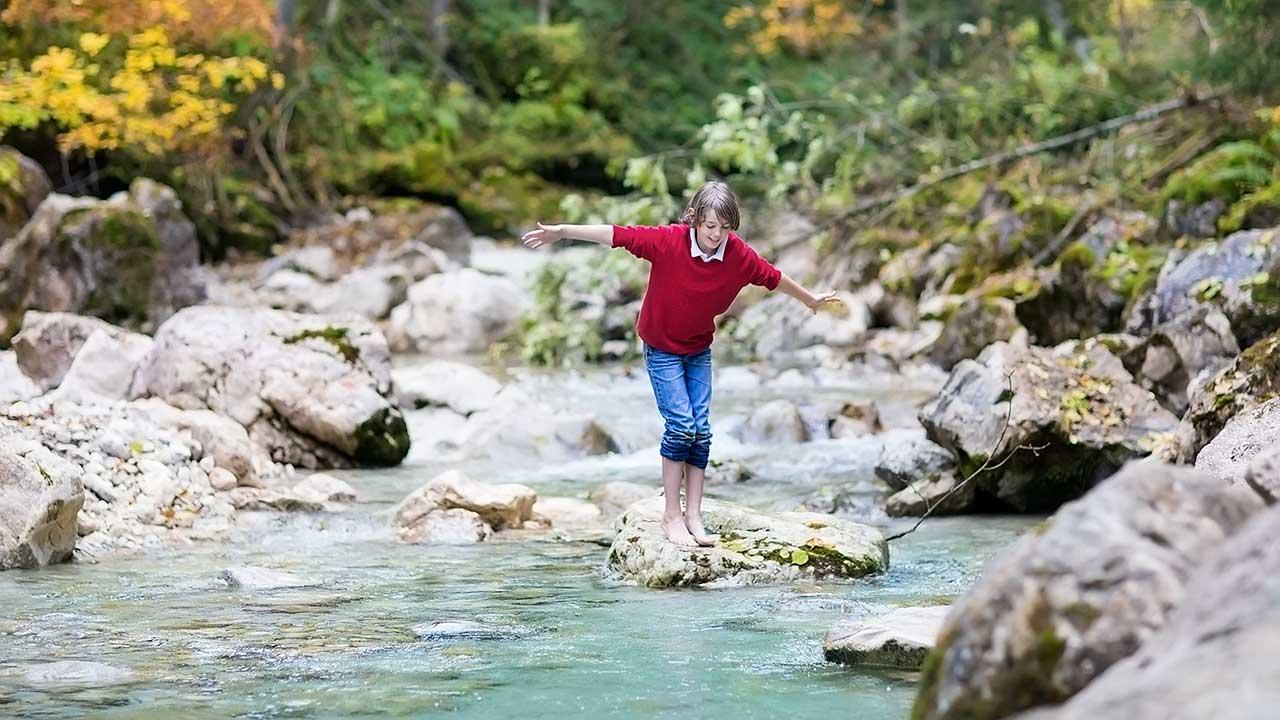 Junge überquert Fluss
