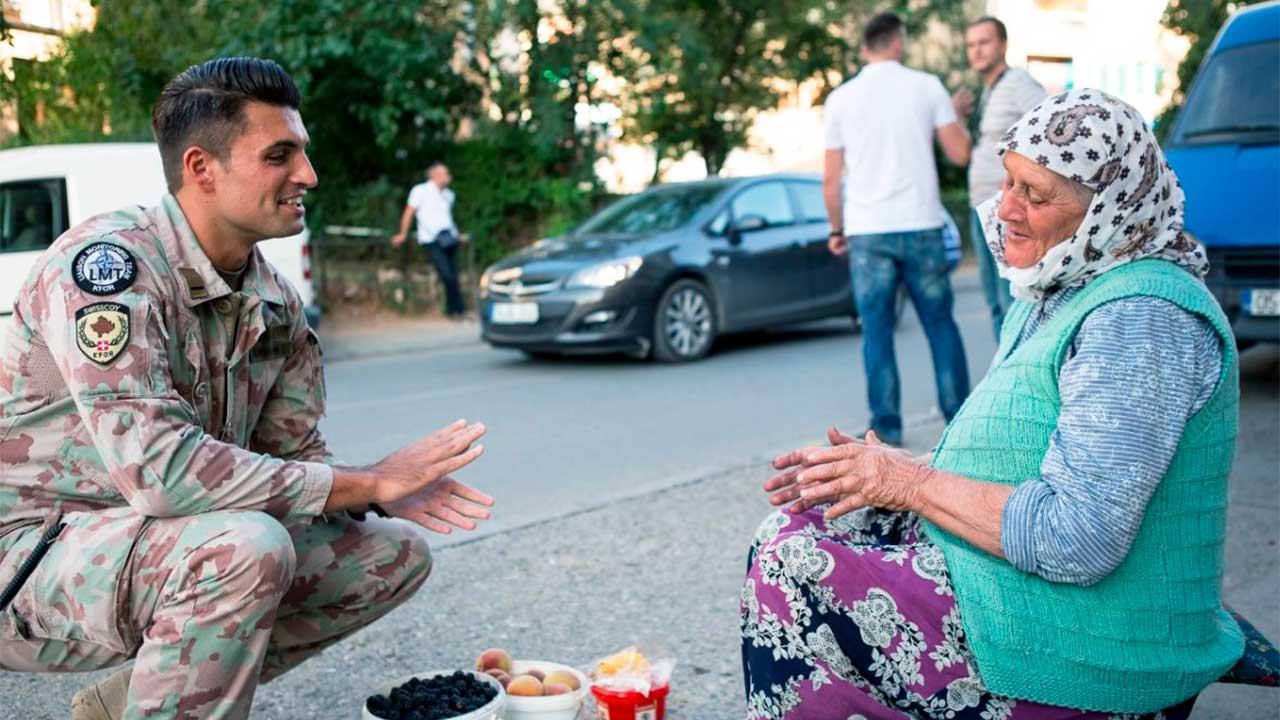 Im Gespräch mit einer älteren Frau   (c) Schweizer Armee