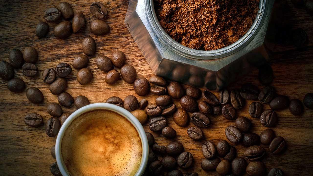 Kaffee in der Form von Bohnen, Pulver und Getränk