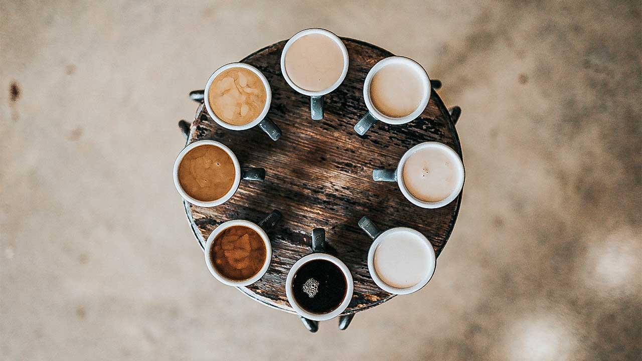 Verschiedene Kaffeetassen mit verschieden hellen Kaffees