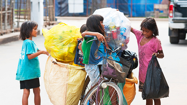 Mädchen in Kambodscha sammeln Abfall