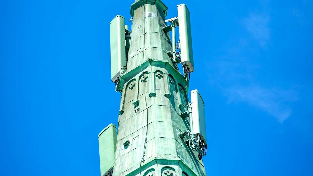 Mobilfunkatennen auf dem Turm einer Kathedrale