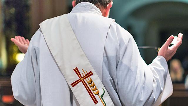 Katholischer Diakon beim Gebet