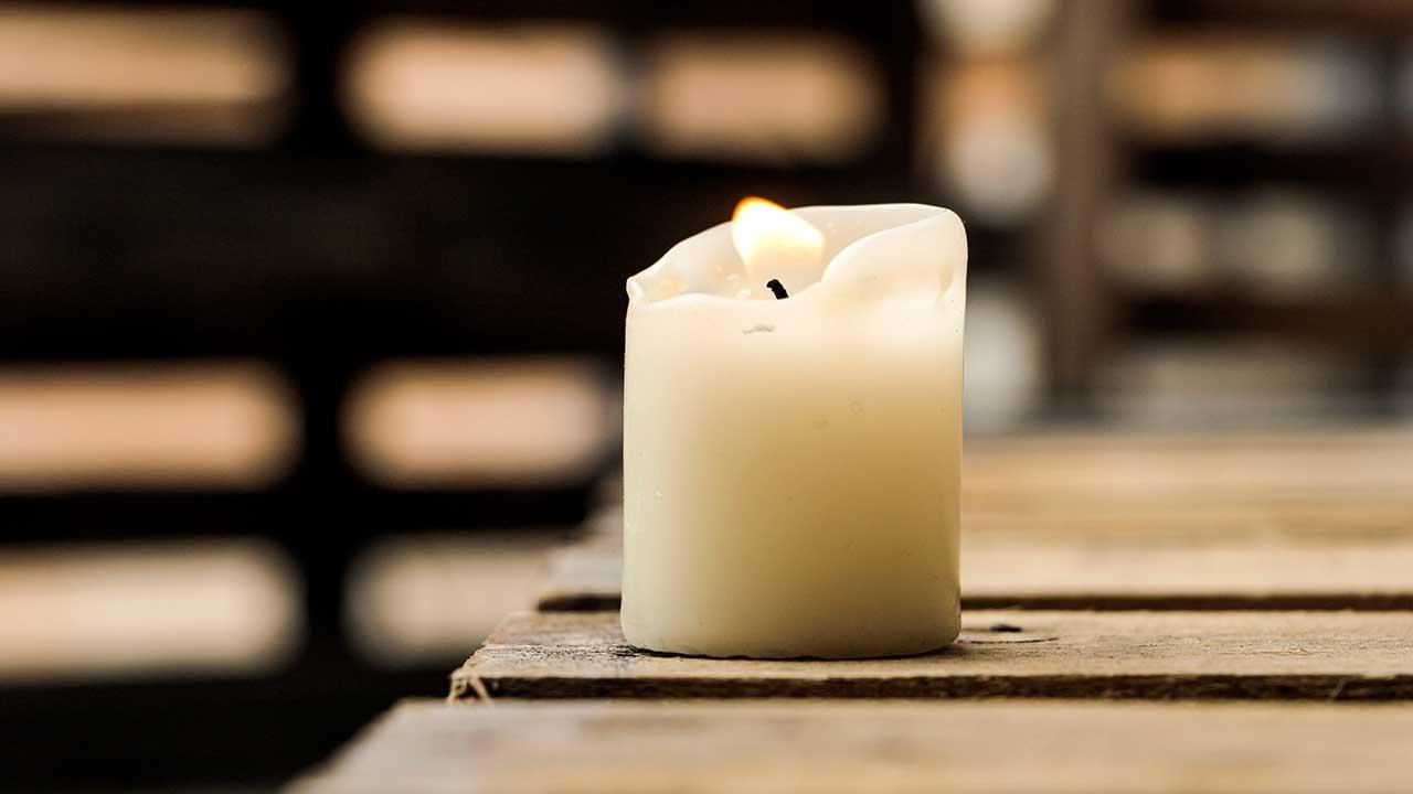 Kerze auf einem Holztisch