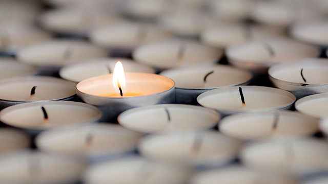 Fokus auf die brennende Kerze