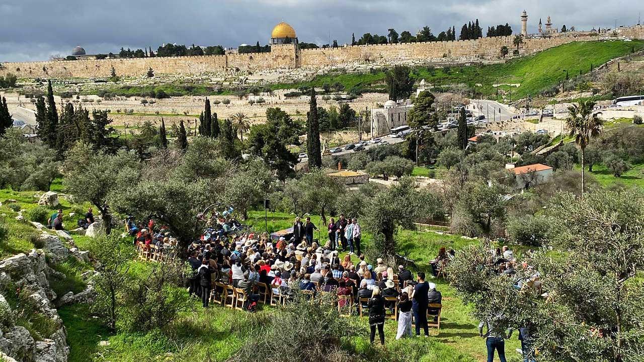 Israel-Reisende vor Jerusalem bei einer Führung von Keshet Journeys