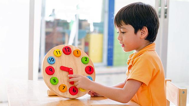 Montessori-Lernuhr (c) 123rf