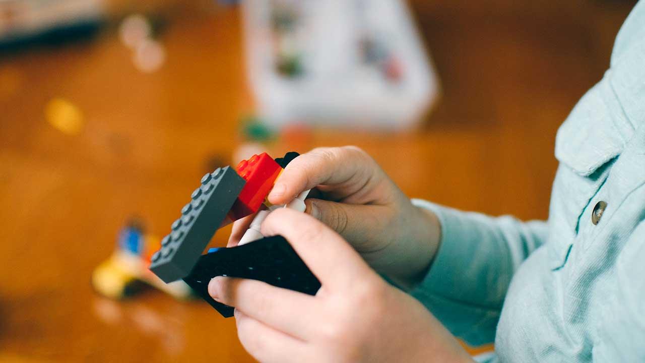 Spielen mit Legosteinen | (c) Kelly Sikkema/Unsplash
