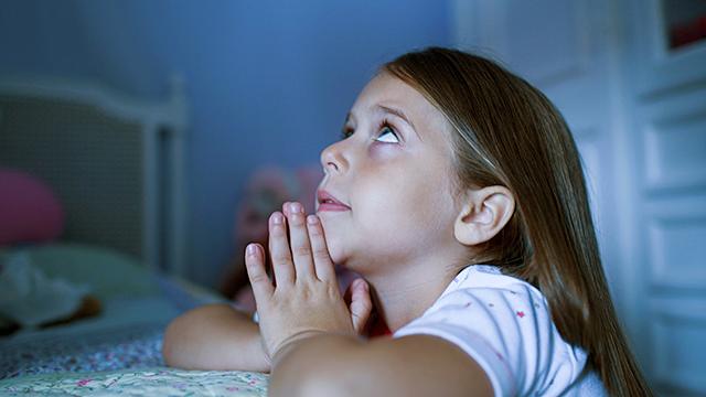 Mädchen betet vor dem Schlafengehen (c) 123rf