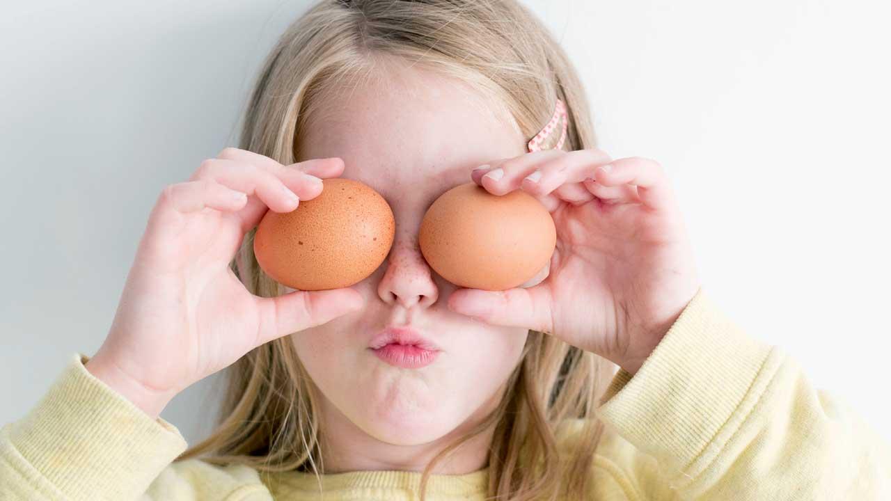 Mädchen hält Eier über Augen