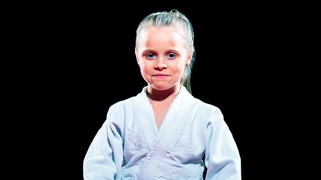 Mädchen in Aikido-Kleidung