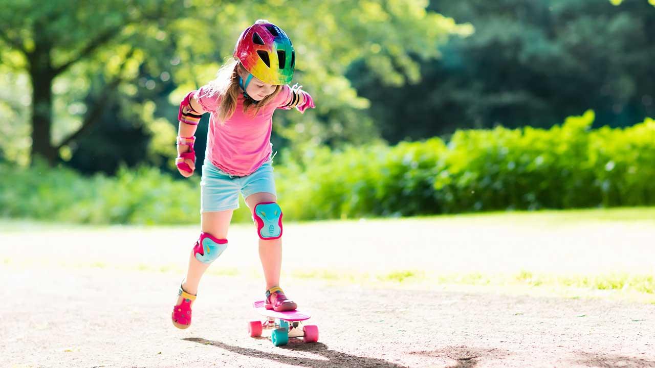 Mädchen übt mit Skateboard