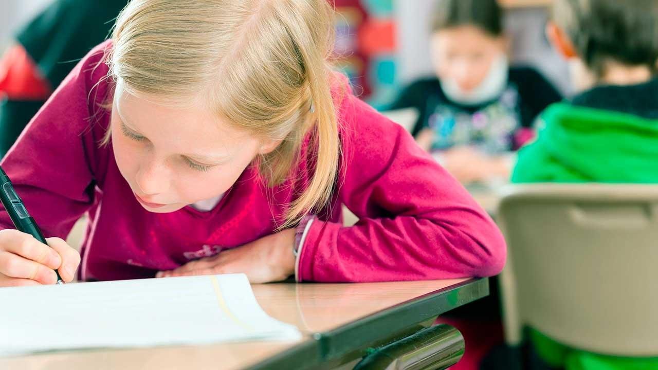 Schüler einer Klasse am Schreiben