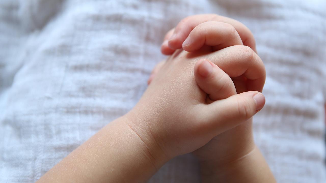 Gefaltete Hände eines Kindes