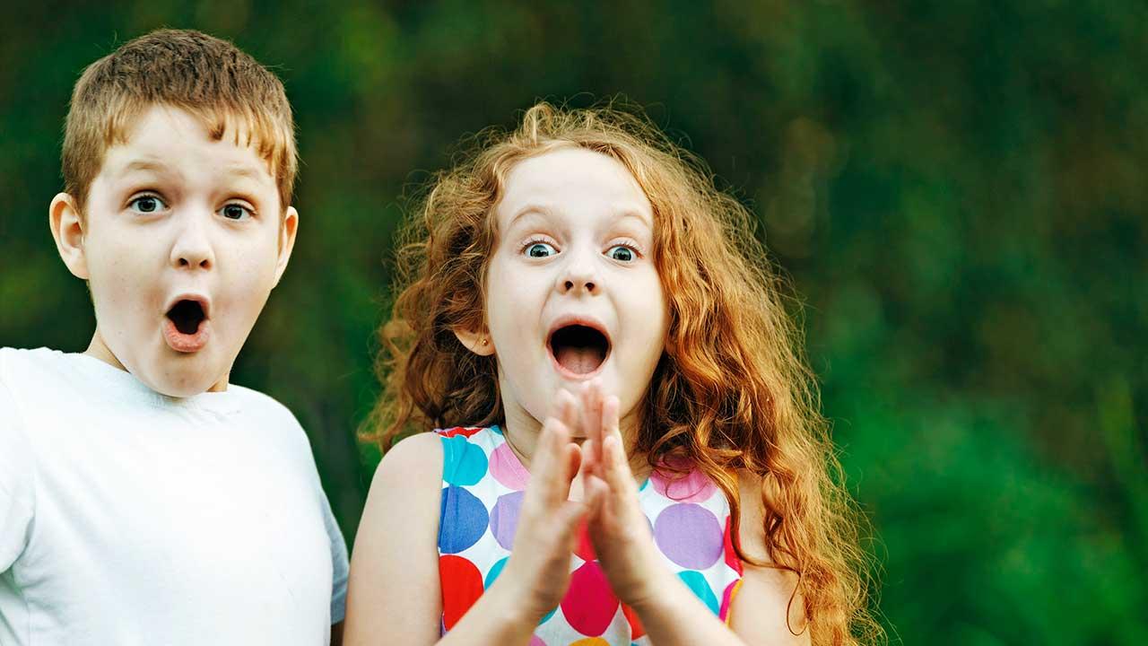 Zwei überraschte Kinder