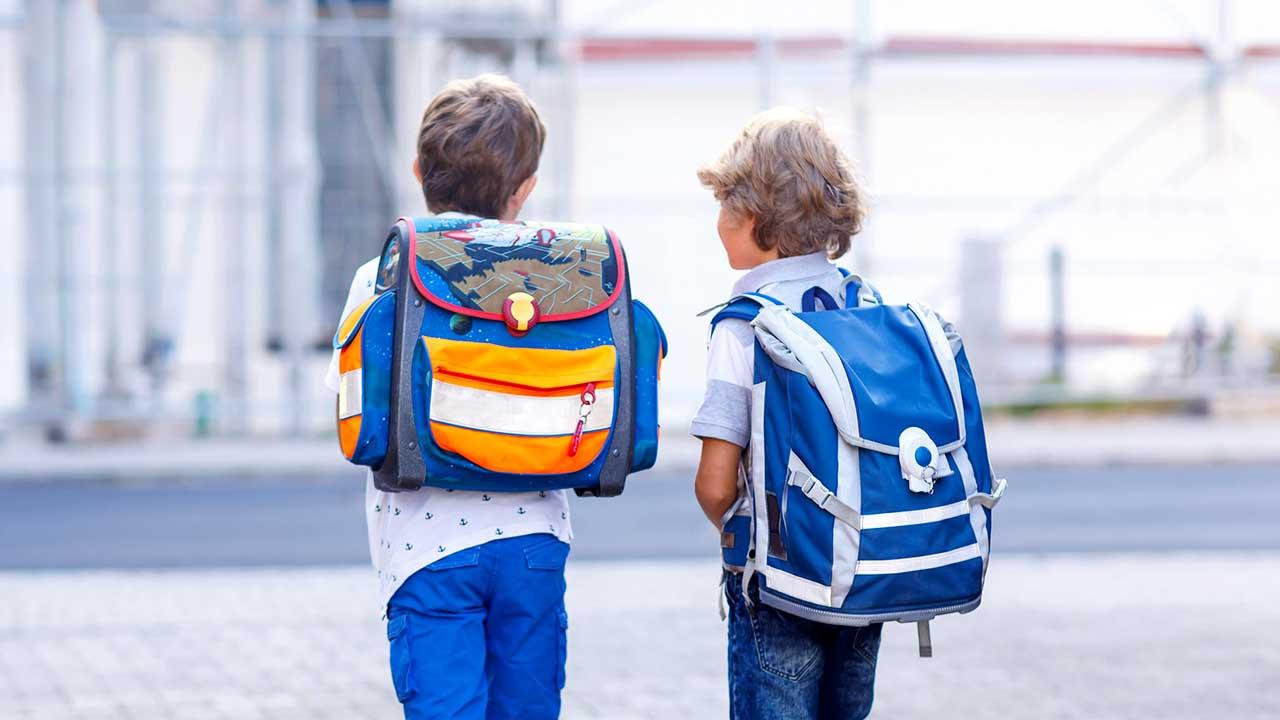 Zwei Jungs auf dem Schulweg