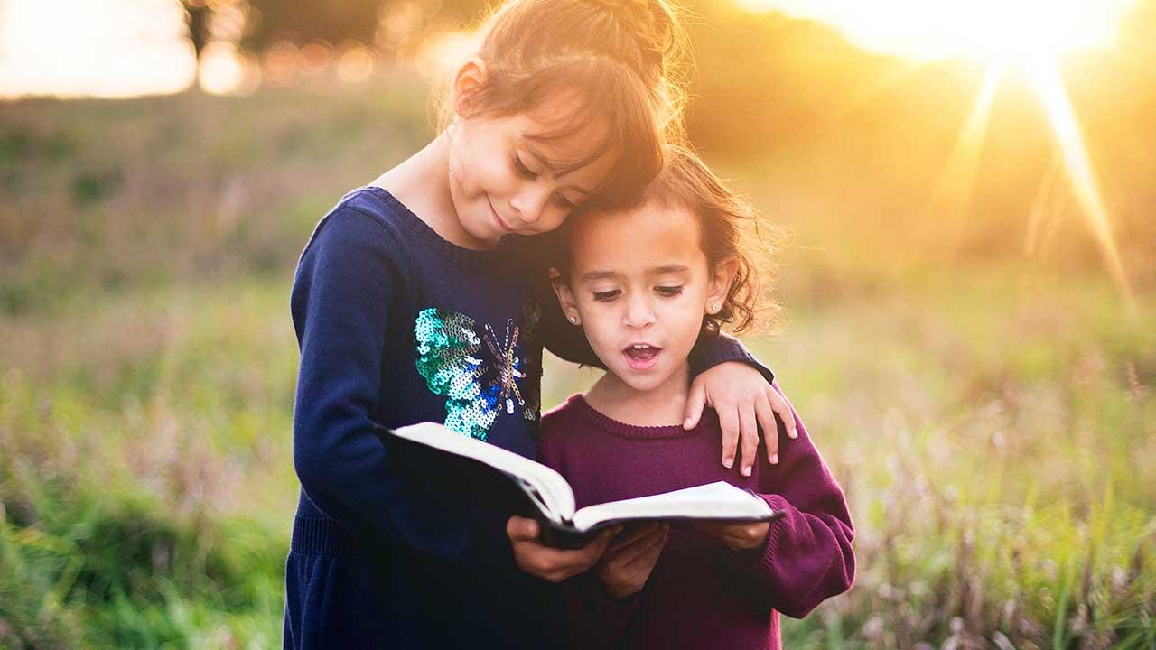 Zwei Mädchen entdecken zusammen die Bibel | (c) Ben White/Unsplash