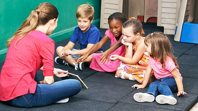 Kindergärtnerin mit Kindern (c) 123rf