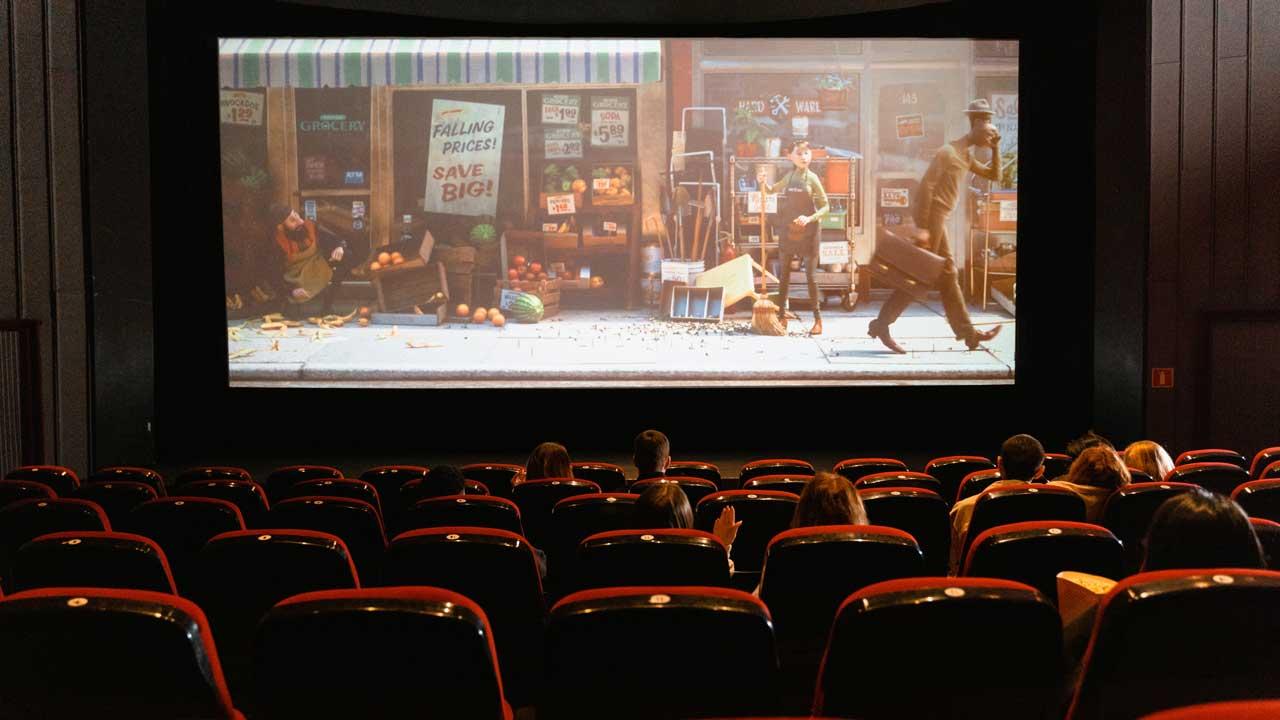 Im Kinosaal einen Film schauen