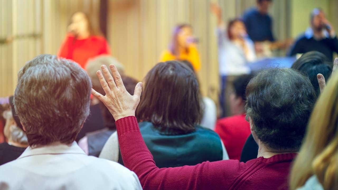 Rückansicht von Gottesdienstbesuchern