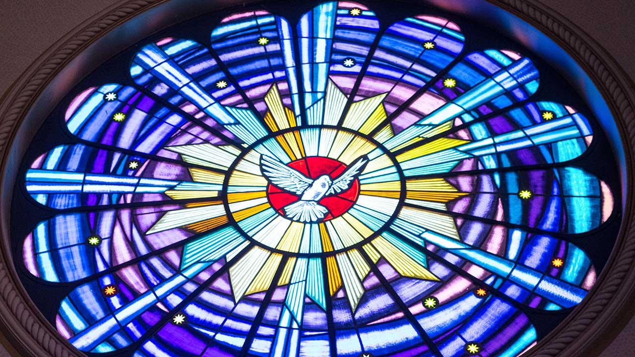 Der Heilige Geist als Taube auf einem Kirchenfenster
