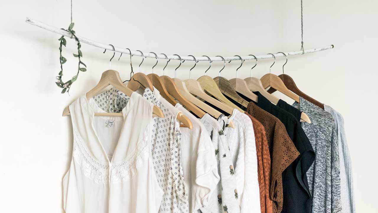 Kleider an einer aufgehängter Stange