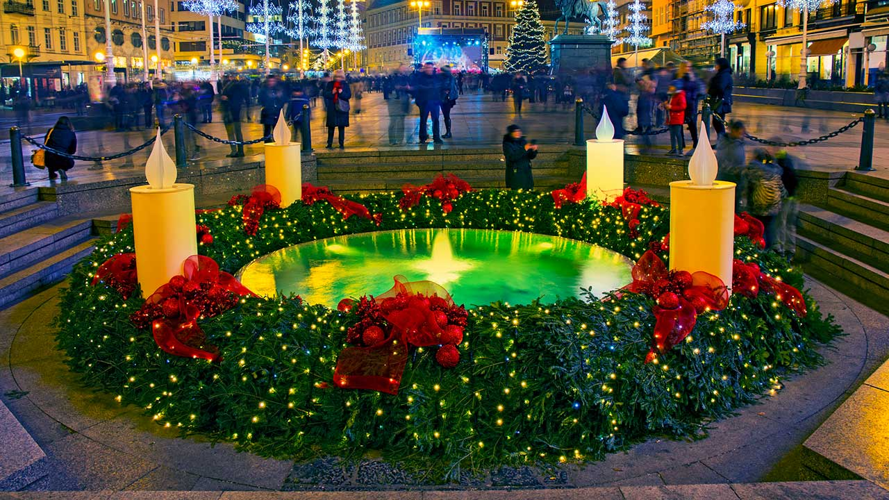 Zagreb, Kroatien: Brunnen mit Adventskranz geschmückt | (c) 123rf