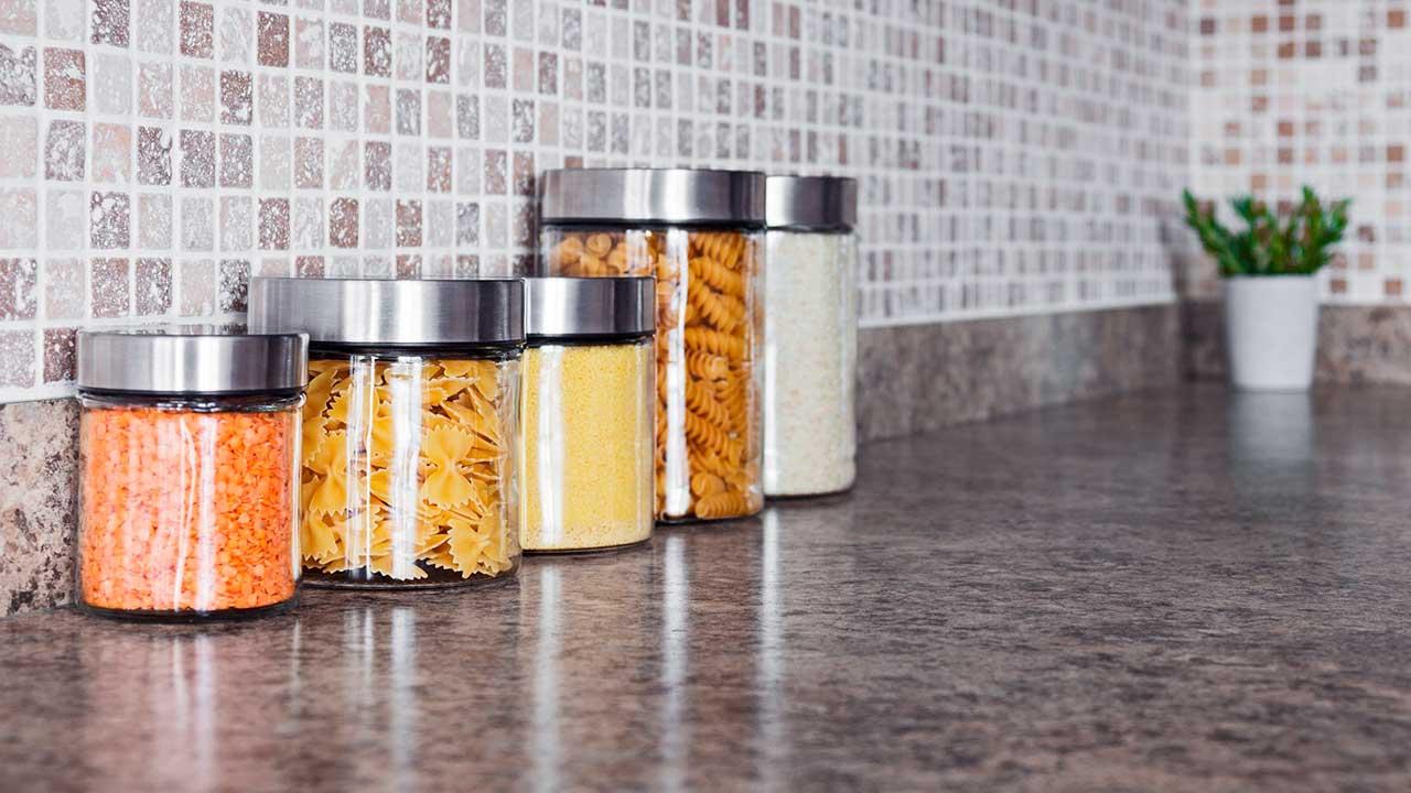 Ordentliche Küche mit verschiedenen Glasbehältern