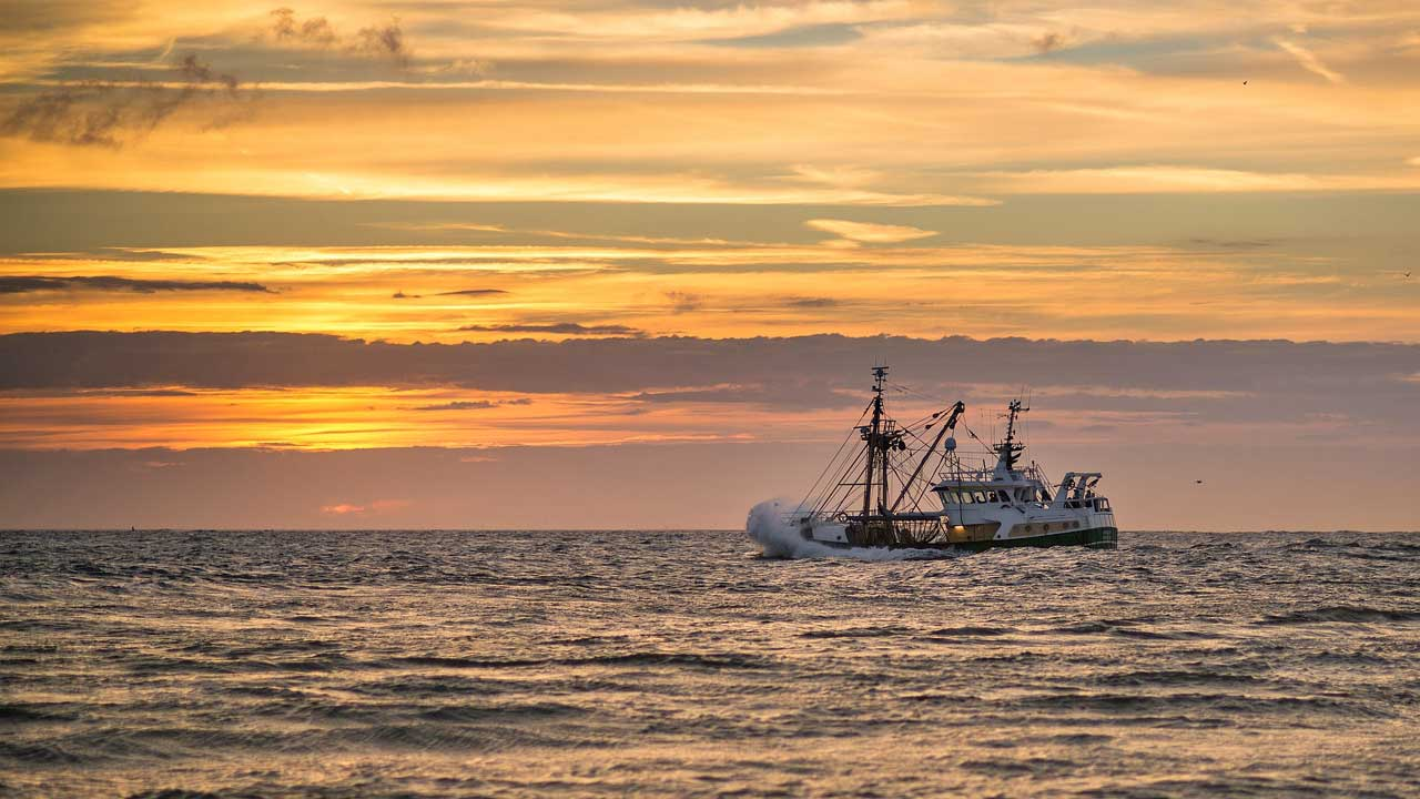 Ein Kutter im offenen Meer
