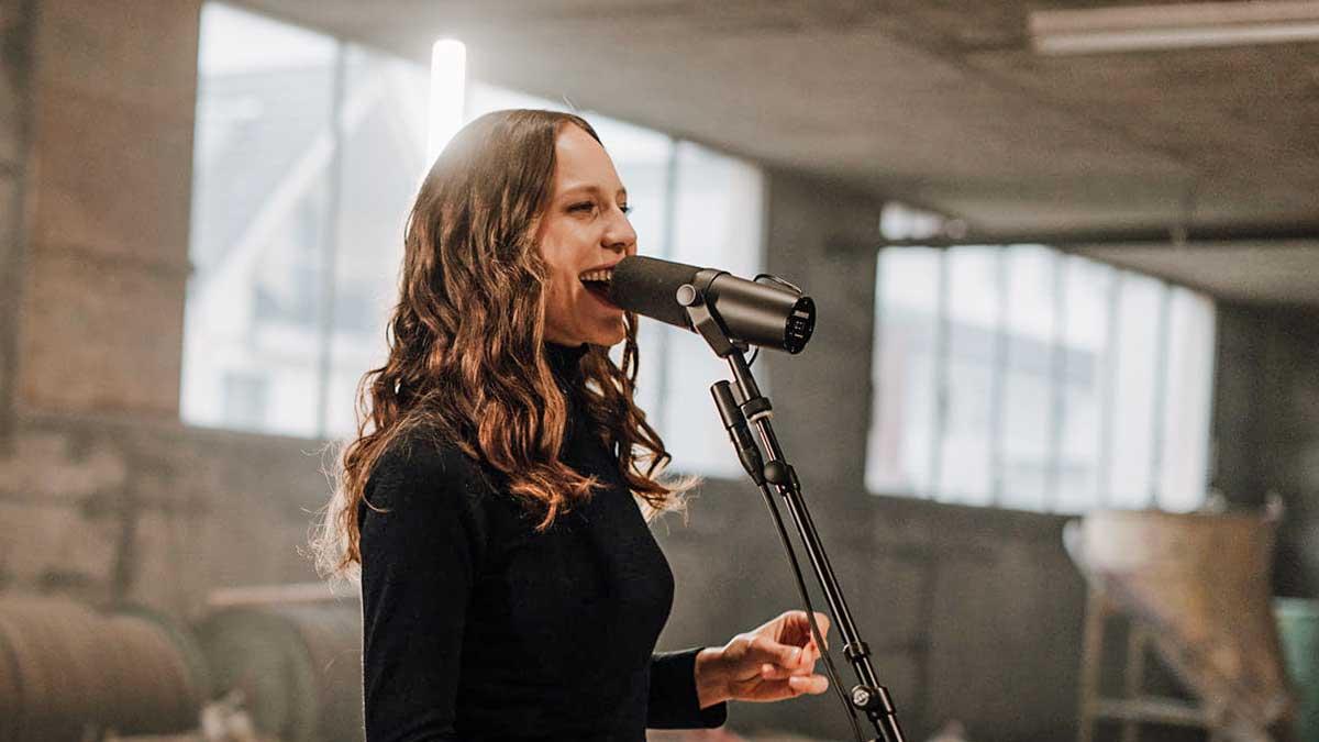 Florina Laiana steht vor einem Mikrofon und singt