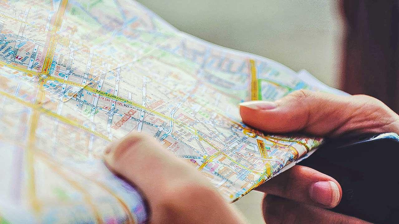 Finger halten eine Landkarte