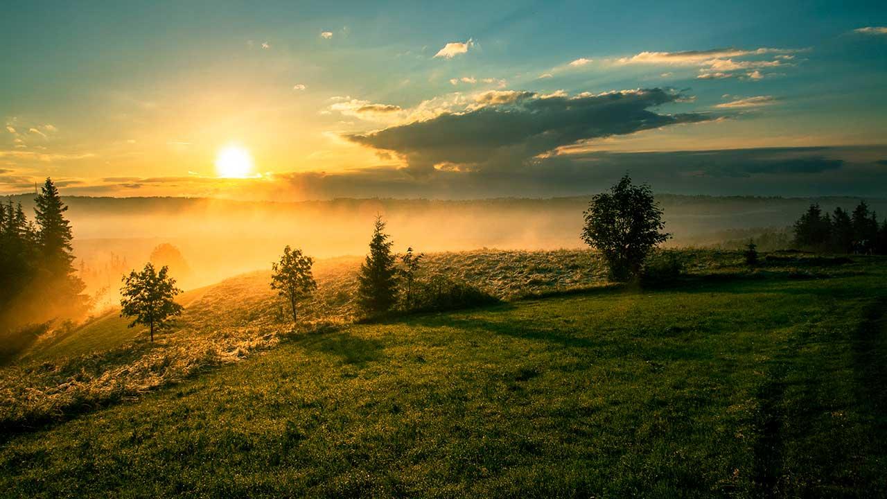 Stimmungsvolle Landschaft mit Sonnenaufgang