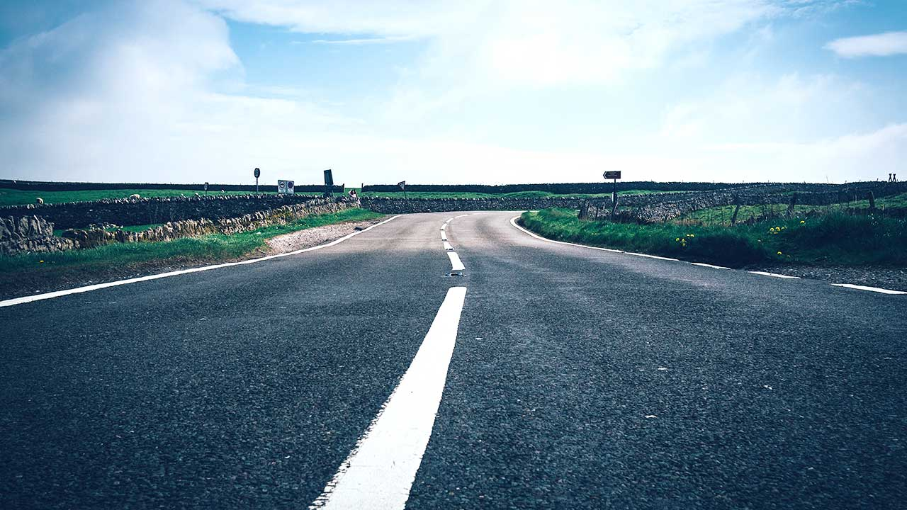 Landstrasse biegt rechts ins Unbekannte ab