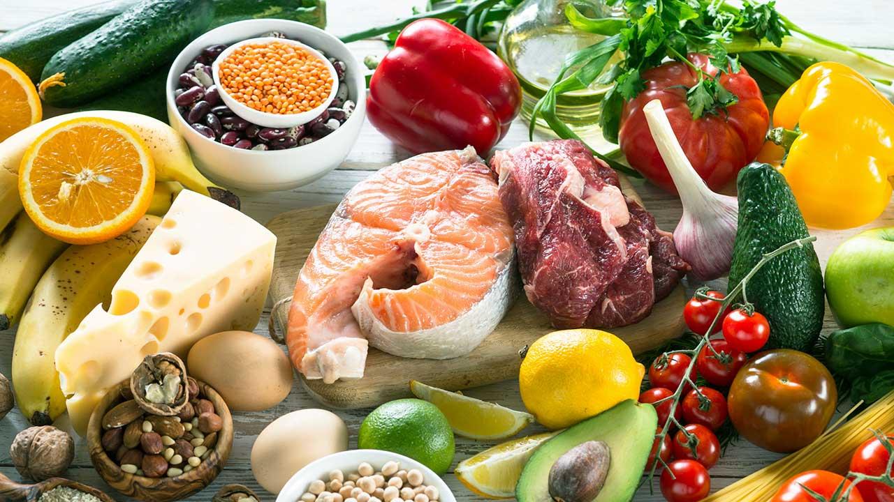 Diverse Lebensmittel wie Fisch, Fleisch, Gemüse, Früchte und Eier