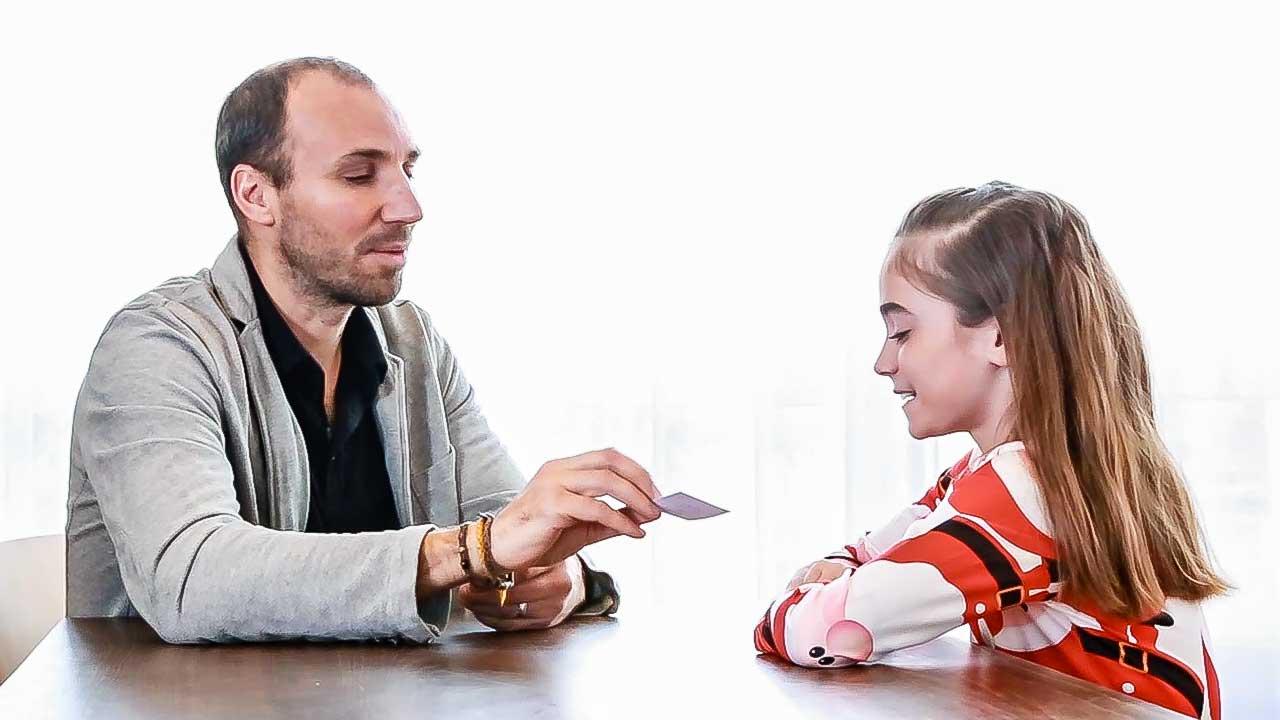 Lerncoach Romeo Pfammatter mit einem Mädchen