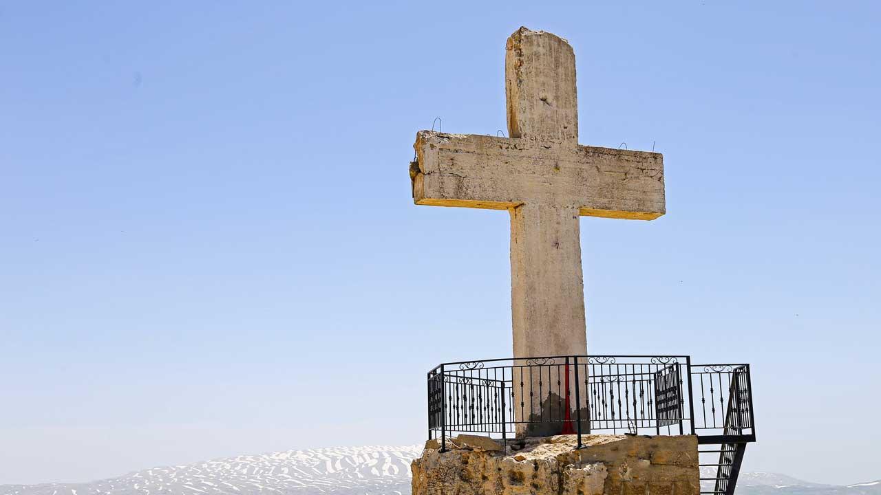 Kreuz auf einem Aussichtspunkt in Laqlouq, Libanon