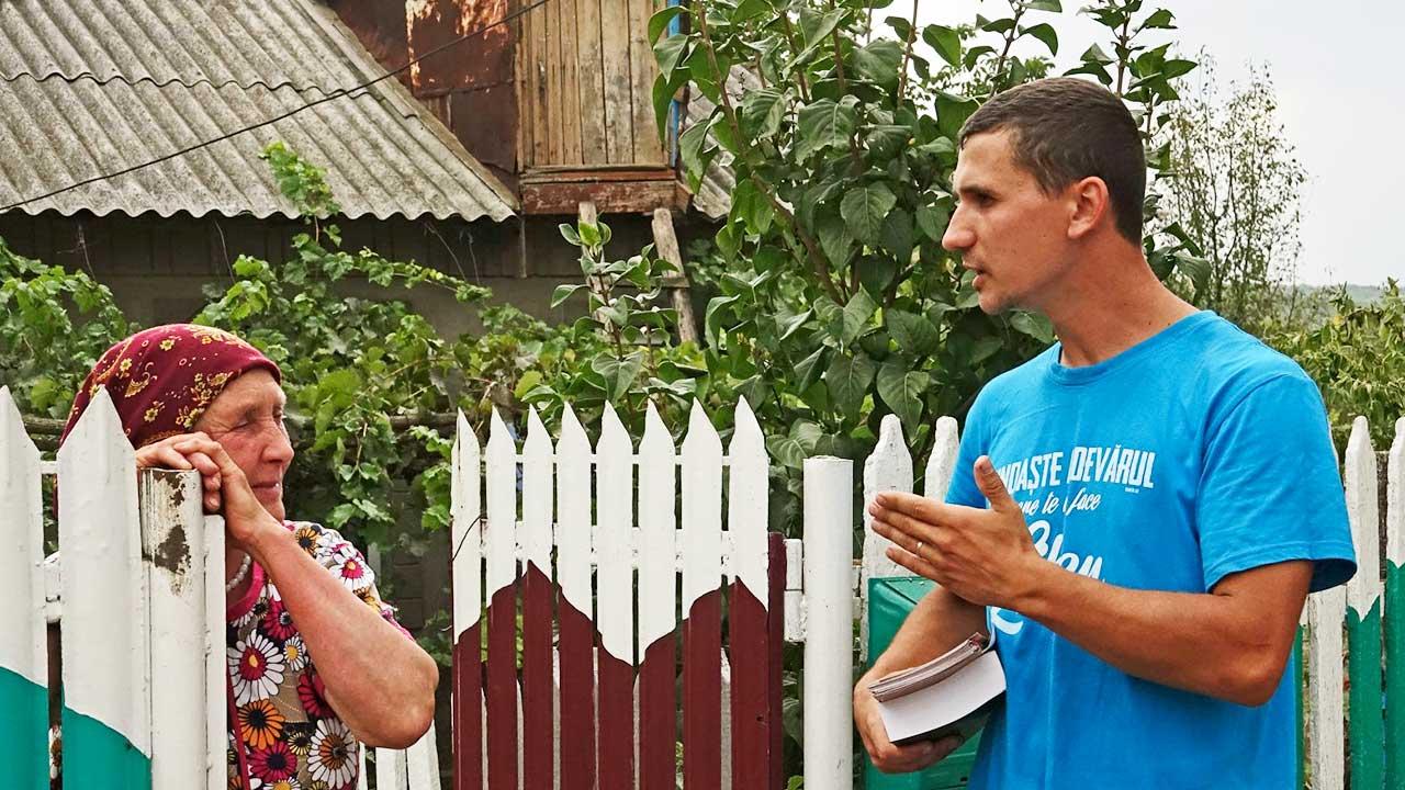Gespräch zwischen älterer Frau und jüngerem Mann