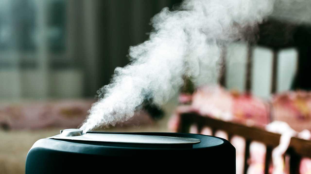 Dampf strömt aus einem Luftbefeuchter