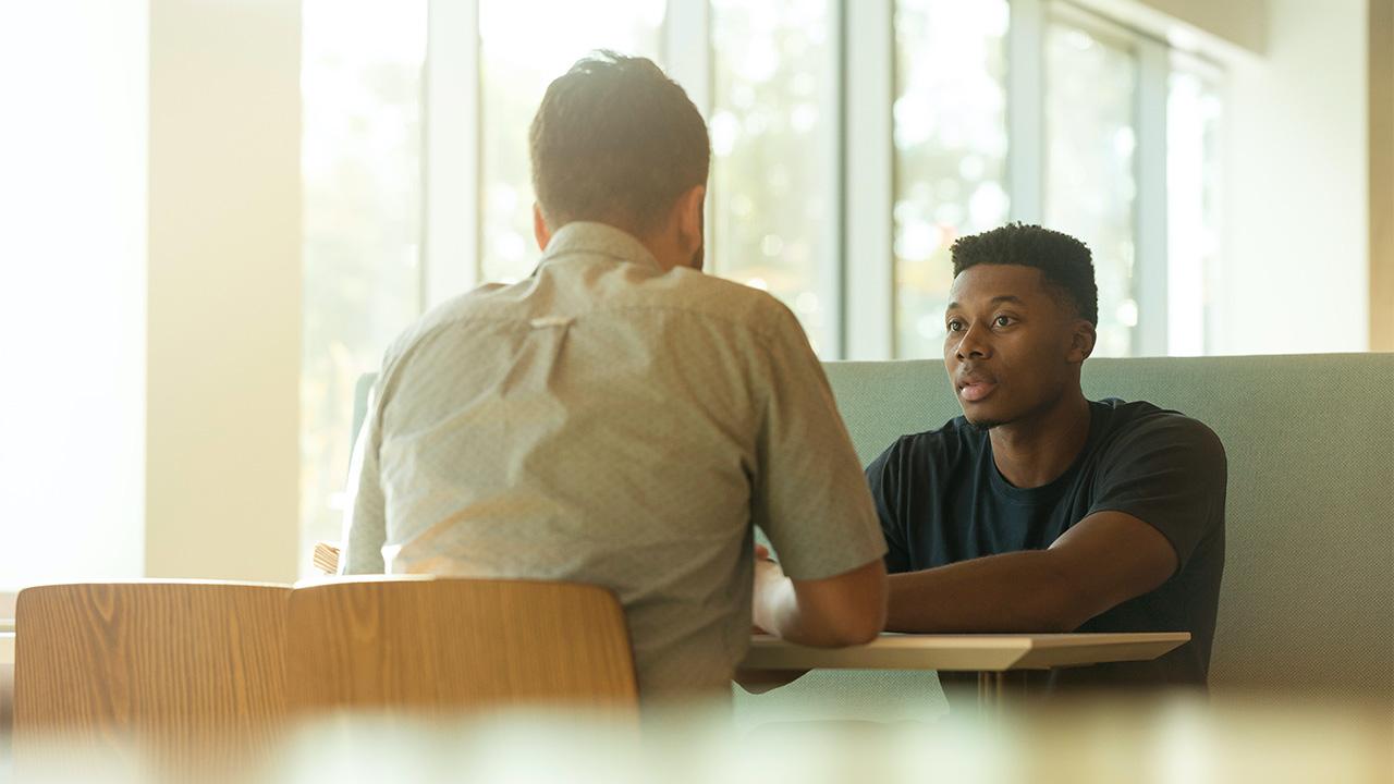 Zwei Männer im Gespräch. | (c) unsplash