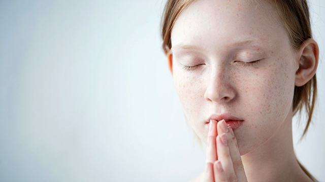 Mädchen beten konzentriert