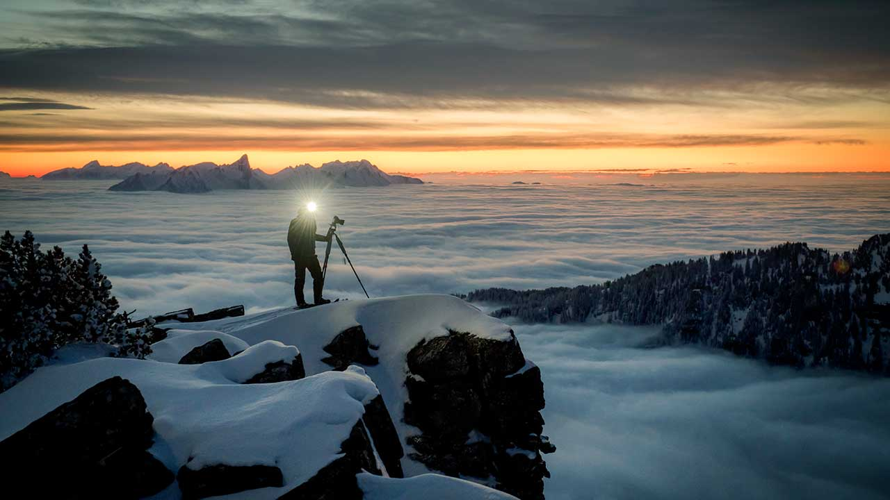 Martin Mägli auf einem Felsen über dem Nebelmeer